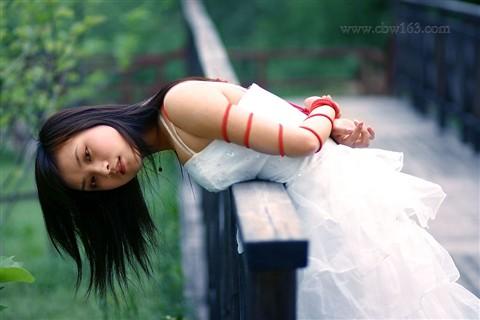 美女新娘捆绑自拍婚纱照